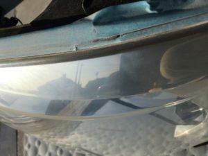 クラック除去中のトヨタアルファードのヘッドライトの状態3