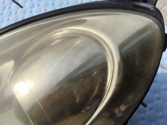 無数のクラックが発生したレクサスSC430のヘッドライトの状態