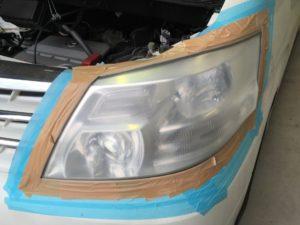 クラックと黄ばみがひどいトヨタアルファードのヘッドライトの状態