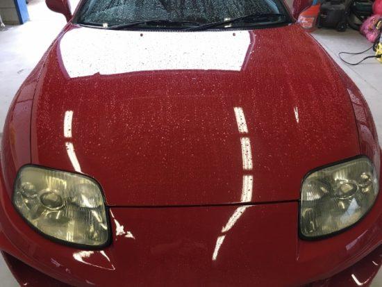 ヘッドライトに黄ばみが生じクリア剥がれも起こしているトヨタスープラのヘッドライト