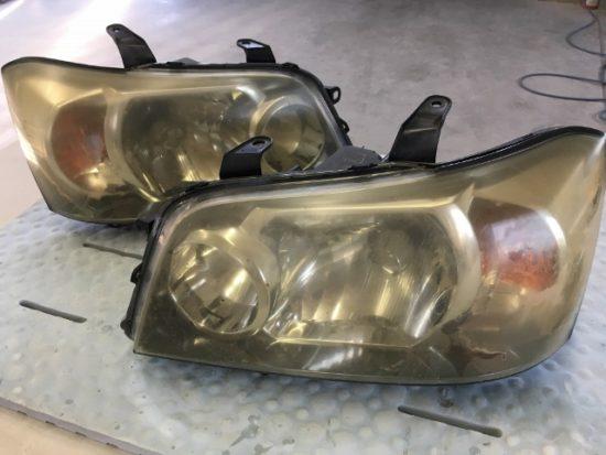 トヨタクルーガーのヘッドライトクリア剥がれの状態